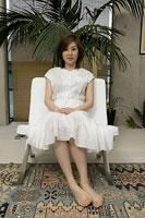 ソファに座る母親 11014009079| 写真素材・ストックフォト・画像・イラスト素材|アマナイメージズ