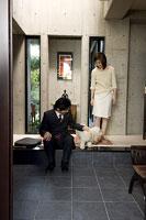 出勤する父親と見送る母親 11014009094| 写真素材・ストックフォト・画像・イラスト素材|アマナイメージズ