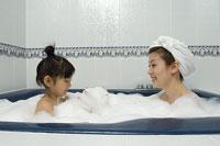 入浴中の親子 11014009098| 写真素材・ストックフォト・画像・イラスト素材|アマナイメージズ