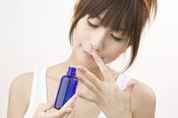 アロマオイルの香りを楽しむ女性