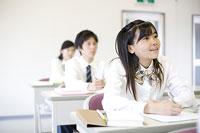 勉強する中学生たち 11014009553| 写真素材・ストックフォト・画像・イラスト素材|アマナイメージズ