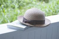 麦わら帽子と本