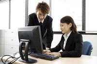 パソコン画面を見る女性と側に立つ男性 11014019316| 写真素材・ストックフォト・画像・イラスト素材|アマナイメージズ