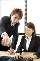 パソコン画面を見る女性と側に立つ男性 11014019317| 写真素材・ストックフォト・画像・イラスト素材|アマナイメージズ