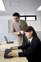 パソコン画面を見る女性と側に立つ男性 11014019318| 写真素材・ストックフォト・画像・イラスト素材|アマナイメージズ
