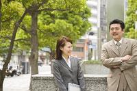 屋外で談笑する男女 11014019359| 写真素材・ストックフォト・画像・イラスト素材|アマナイメージズ