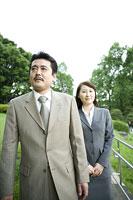 屋外を歩く男女 11014019363| 写真素材・ストックフォト・画像・イラスト素材|アマナイメージズ