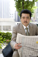 ベンチで新聞を読む男性 11014019371| 写真素材・ストックフォト・画像・イラスト素材|アマナイメージズ