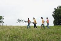 植林をする若者 11014019504| 写真素材・ストックフォト・画像・イラスト素材|アマナイメージズ
