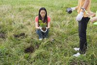 植林をする若者 11014019513| 写真素材・ストックフォト・画像・イラスト素材|アマナイメージズ
