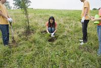 植林をする若者 11014019514| 写真素材・ストックフォト・画像・イラスト素材|アマナイメージズ