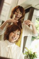 髪をカットされる女性 11014019566| 写真素材・ストックフォト・画像・イラスト素材|アマナイメージズ