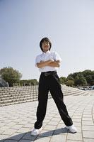 腕を組んで立つ中学生 11014019625| 写真素材・ストックフォト・画像・イラスト素材|アマナイメージズ