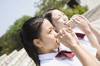 サンドイッチを食べる中学生 11014019634| 写真素材・ストックフォト・画像・イラスト素材|アマナイメージズ