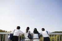 通学途中の中学生 11014019697| 写真素材・ストックフォト・画像・イラスト素材|アマナイメージズ