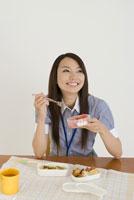 お弁当を食べる若い女性