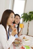 同僚とお弁当を食べる若い女性