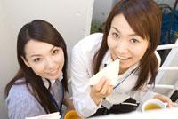 サンドイッチを食べる若い女性
