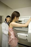 マンモグラフィ検診を受ける女性患者