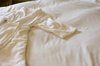 ベッドの上のバスローブ
