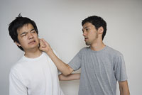 素手で殴るしぐさの男性 11014021819| 写真素材・ストックフォト・画像・イラスト素材|アマナイメージズ