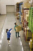 倉庫内で作業する男女 11014022007| 写真素材・ストックフォト・画像・イラスト素材|アマナイメージズ