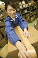 倉庫内で作業する若い女性
