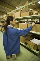 倉庫内で作業する若い女性 11014022009| 写真素材・ストックフォト・画像・イラスト素材|アマナイメージズ