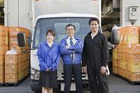 トラックの前に立つ社員 11014022052| 写真素材・ストックフォト・画像・イラスト素材|アマナイメージズ