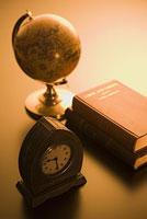 時計と地球儀と本