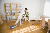 掃除機をかける20代主婦 11014022244| 写真素材・ストックフォト・画像・イラスト素材|アマナイメージズ