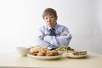 中華料理を見て腕組みをする男性