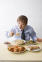 中華料理を食べる中年男性