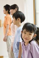 窓際に立つ4人家族 11014022762| 写真素材・ストックフォト・画像・イラスト素材|アマナイメージズ