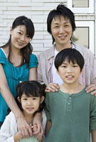 4人家族 11014022784| 写真素材・ストックフォト・画像・イラスト素材|アマナイメージズ