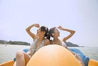 ボートに乗る水着の女性二人