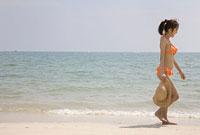 砂浜を歩く水着の女性 11014022869  写真素材・ストックフォト・画像・イラスト素材 アマナイメージズ