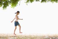 砂の上を歩く女性