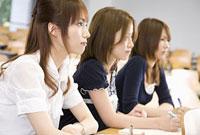 教室で講義を聞く女性3人