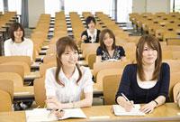 教室で講義を聞く男女5人