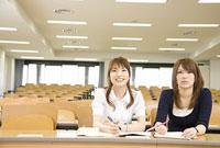 教室で講義を聞く女性2人