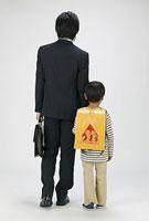スーツを着た父親と男の子