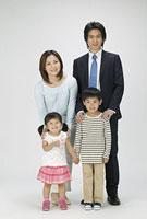 4人家族 11014023076| 写真素材・ストックフォト・画像・イラスト素材|アマナイメージズ