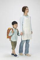 母親とランドセルをしょった男の子