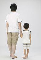 手を繋ぐ父親と男の子