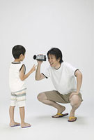 男の子を撮影する父親