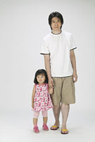 手を繋ぐ父親と女の子