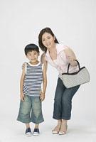 バッグを持った母親と男の子