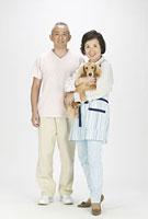 ダックスフンドを抱くシニア夫婦