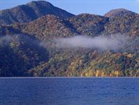 紅葉した山々と中禅寺湖 11014023375| 写真素材・ストックフォト・画像・イラスト素材|アマナイメージズ